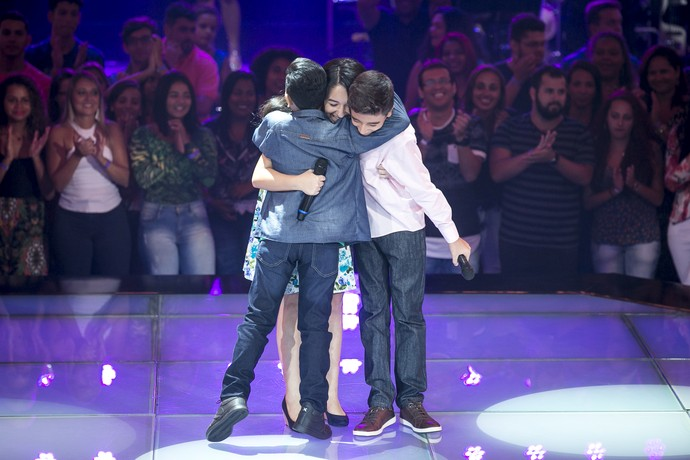 Kaio Fernandes, Kriscia Incerti e Welry Lemos se abraçam após apresentação no 'The Voice Kids' (Foto: Isabella Pinheiro / Gshow)