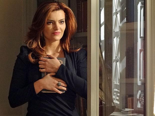 Amparo está confiante no sucesso de mais um de seus planos (Foto: Amor Eterno Amor/TV Globo)