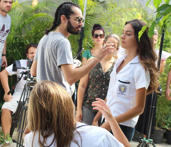 Marina Moschen recebe aquele retoque na maquiagem (Foto: Rodrigo Brisolla/Gshow)