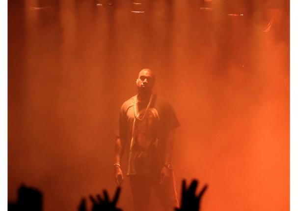 Kanye West interrompeu a apresentação assim que soube da notícia (Foto: Getty)