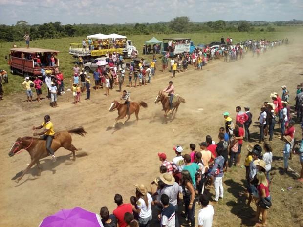 cavalgada no interior do Acre atrai multidão (Foto: Orleildo Bussons/Arquivo Pessoal)