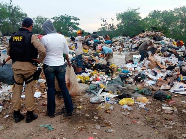 Adolescentes são flagrados trabalhando em lixão na Bahia (Foto: Divulgação/PRF)