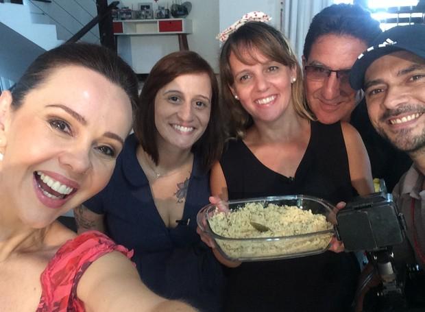 Irmãs que fizeram a receita posaram com a equipe da RBS TV  (Foto: RBS TV/Divulgação)