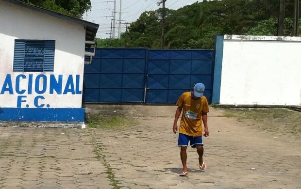 Momento em que portão foi fechado (Foto: Anderson Silva/Globoesporte.com)