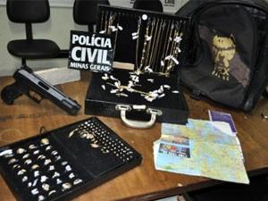 Joias foram recuperadas em Lavras (Foto: Jornal de Lavras)