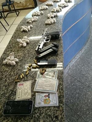 Trouxinhas de cocaína foram apreendidas com inspertor penitenciário (Foto: Divulgação)