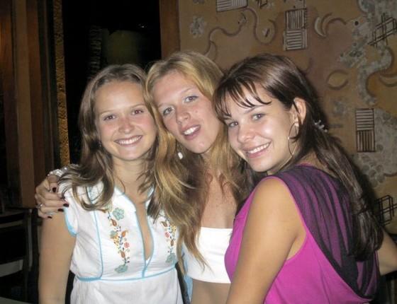 Ludmila Dayer posa entre Fernanda Rodrigues (esquerda) e Fernanda Souza nos bastidores da novela Corpo Dourado, em 1998 (Foto: Divulgação/ Rede Globo)
