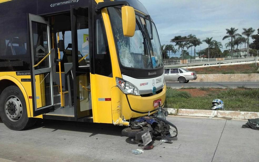 Ônibus do BRT e moto envolvidos em acidente perto do Catetinho, em Brasília (Foto: Graziele Frederico/G1)