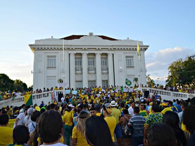 Organização estima que ao menos seis mil pessoas se reuniram em protesto contra governo em Rio Branco (Foto: Quésia Melo/G1)