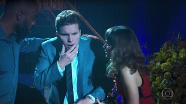 Gael agride Patrick ao vê-lo ao lado de Clara