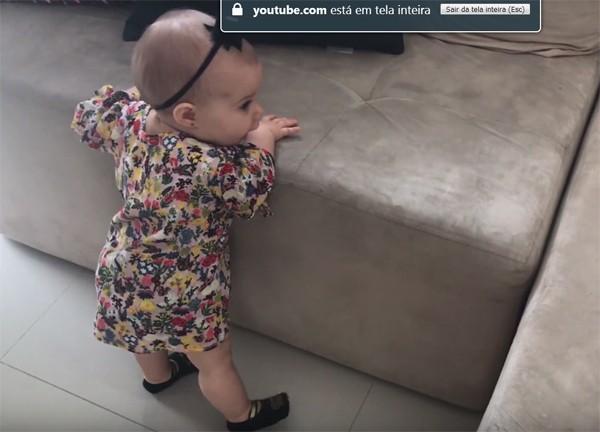 Melinda dá os primeiros passos (Foto: Reprodução / YouTube)