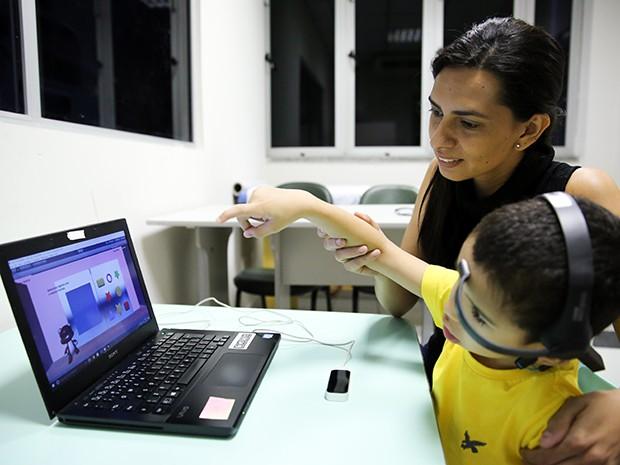 Juliana Martins criou um jogo que usa a realidade virtual como parte do processo de reabilitação de crianças com paralisia cerebral (Foto: Ares Soares/Unifor)