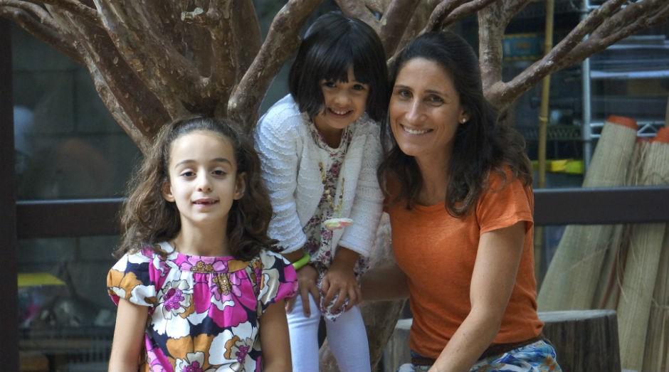 A empreendedora Elisa Roorda, proprietária da Mamusca, com suas filhas, Nina e Sofia (Foto: Divulgação)