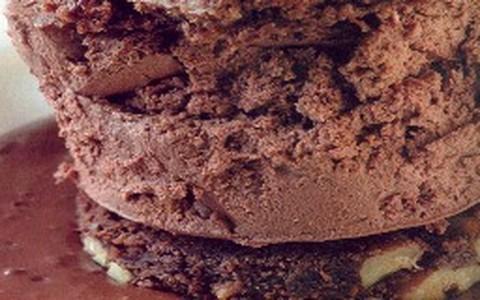 Bolo gelado de chocolate com brownie de nozes