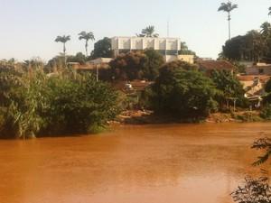 Após lama de rejeitos, água do Rio Doce apresenta percentual elevado de turbidez, alumínio e coliformes totais (Foto: Sávio Scarabelli/G1)