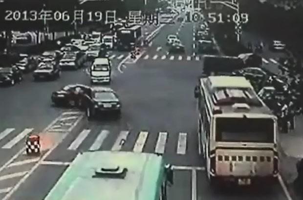 Pai e filho protagonizam perseguição e colisão de carros na China (Foto: BBC)