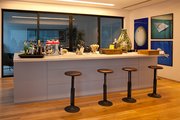 A cozinha com conceito americano é usada somente por Fabrizio para receber amigos (Foto: Marcos Rosa/  Ed. Globo)