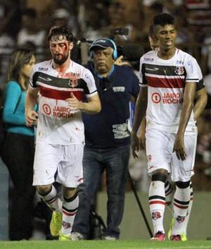 João Paulo faz o gol do Santa Cruz e fica com rosto sangrando (Foto: Aldo Carneiro/Pernambuco Press)