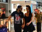 Belo e Gracyanne Barbosa posam com fãs em aeroporto