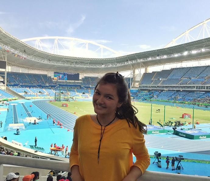 Bárbara Maia animada no estádio (Foto: Arquivo Pessoal)