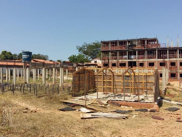 Construtora deixou de entregar cinco condomínios de apartamentos (Foto: Júlio Castro)