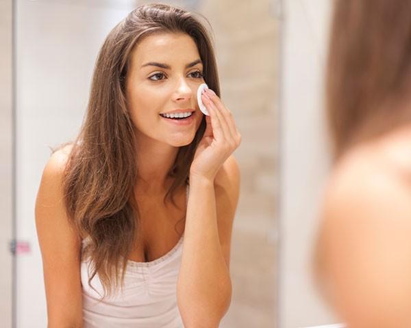 Siga os passos para remover totalmente a maquiagem (Foto: Think Stock)