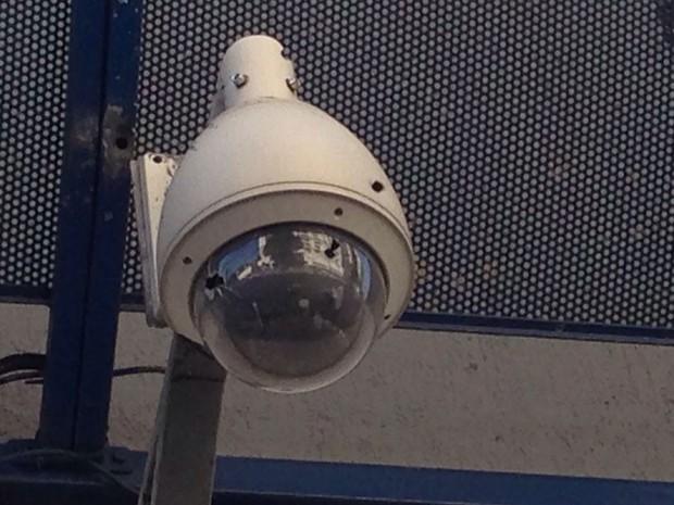 Essa câmera de segurança também foi atingida pelos tiros (Foto: Glauco Araújo/G1)