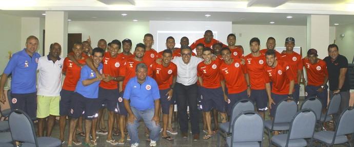 Fernando Rochael - coach do América-RN - com jogadores (Foto: Fernando Rochael/Arquivo pessoal)