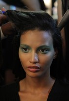 Maquiadora ensina como adaptar make de desfile para o dia a dia
