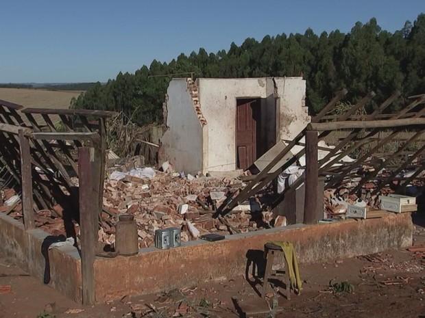 Casa de caseiro ficou destruída após vendaval em São Miguel Arcanjo (Foto: Reprodução/TVTEM)