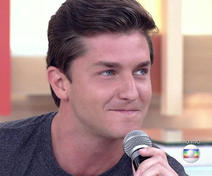 Ator é surpreendido pela apresentadora e fica vermelho, com vergonha (Foto: TV Globo)