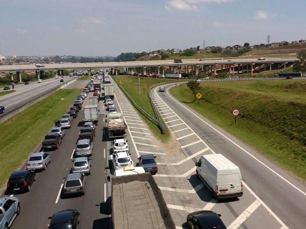 Acidente reflete em congestionamento na Rodovia Ayrton Senna, em Itaquaquecetuba (Foto: Sandra Redivo/ TV Diário)