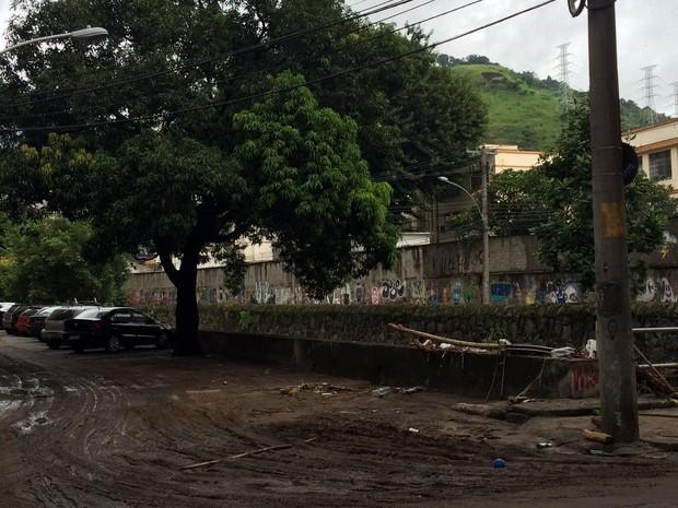 Na Rua Garibaldi, na Tijuca, o domingo amanheceu com muita lama, após o temporal (Foto: Susan Vidinhas / G1)