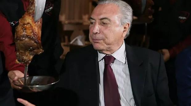 Michel Temer come churrasco em Brasília  (Foto: Agência Brasil)