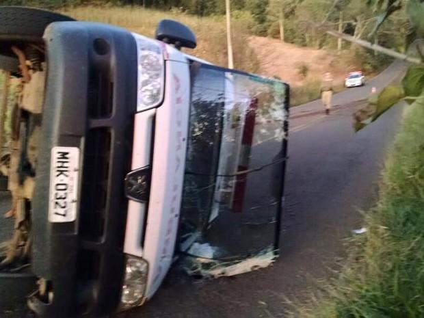 Ambulância ficou completamente destruída, conforme bombeiros (Foto: Atual FM/Divulgação)