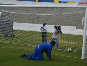 Operário não conseguiu defender o primeiro pênalti do Novo Batistão (Foto: Felipe Martins/GloboEsporte.com/SE)