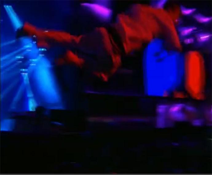 Mike Patton se joga na plateia (Foto: Gshow)