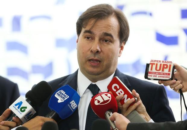 O presidente da Câmara dos Deputados, Rodrigo Maia (DEM-RJ), fala à imprensa (Foto: Antonio Cruz/Agência Brasil)