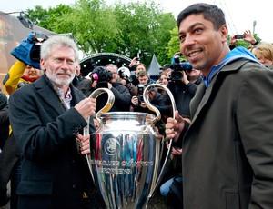 Breitner e elber embaixadores dos troféus da liga dos campeões (Foto: Agência EFE)