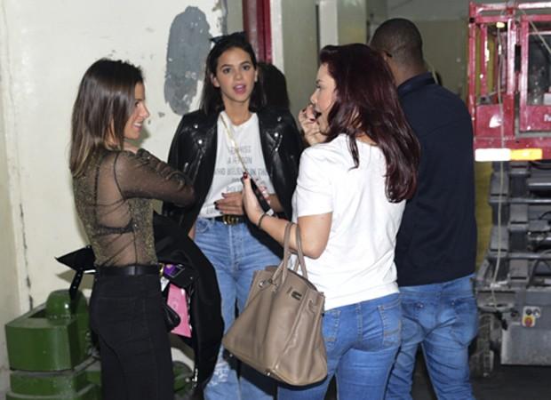 Bruna Marquezine é fotografada ao lado de Fernanda Souza e Thiaguinho (Foto: Leo Franco/AgNews)