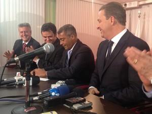 O deputado Romário assina refiliação ao lado de Eduardo Campos e outros dirigentes do PSB (Foto: Priscilla Mendes/G1)
