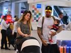 Aline Gotschalg e Fernando Medeiros embarcam com o filho em aeroporto