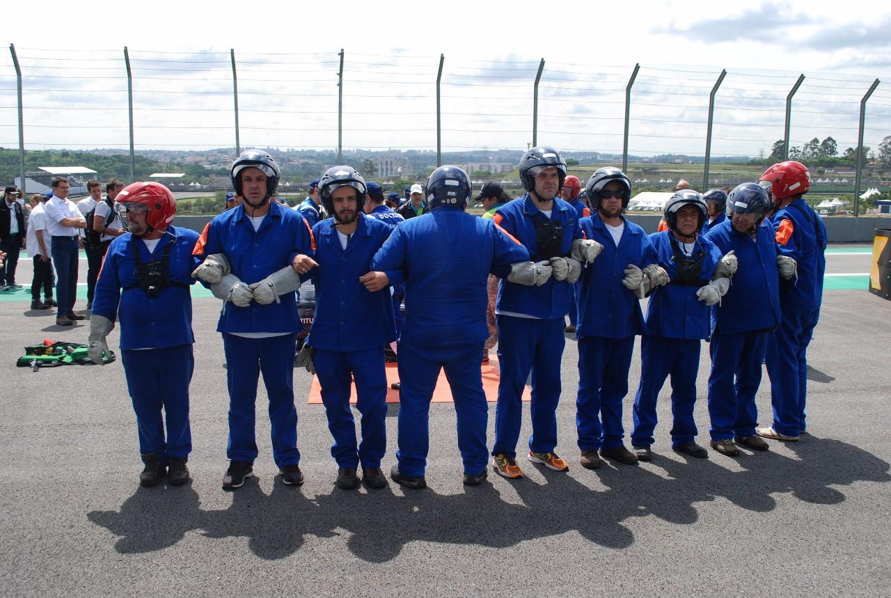 Brigadistas fazendo a barreira humana (Foto: Divulgação/Conexão Saloma/Marcos Amaral)