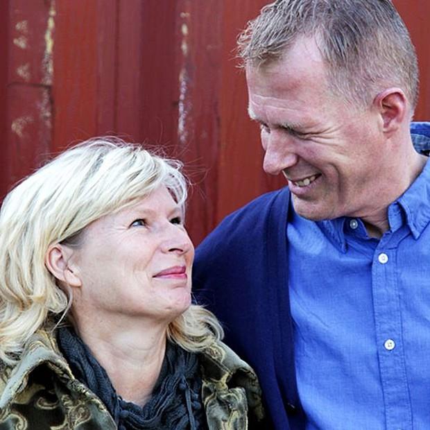 Ineke e Kees Veldboer já ajudaram milhares de pessoas a realizarem o último desejo  (Foto: Stichting Ambulance Wens)