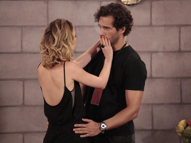 Juliana diz para Fábio que não está apaixonada por Nando (Foto: Guerra dos Sexos / TV Globo)