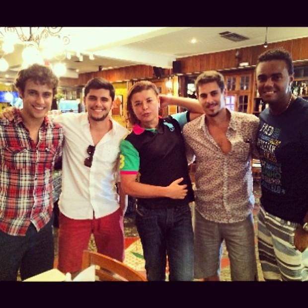 David Brazil com elenco masculino de Em Família (Foto: Instagram / Reprodução)