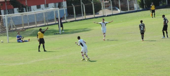 Com categoria, Hugo desloca o goleiro corinthiano e marca o seu segundo gol no jogo (Foto: Mateus Tarifa / GloboEsporte.com)
