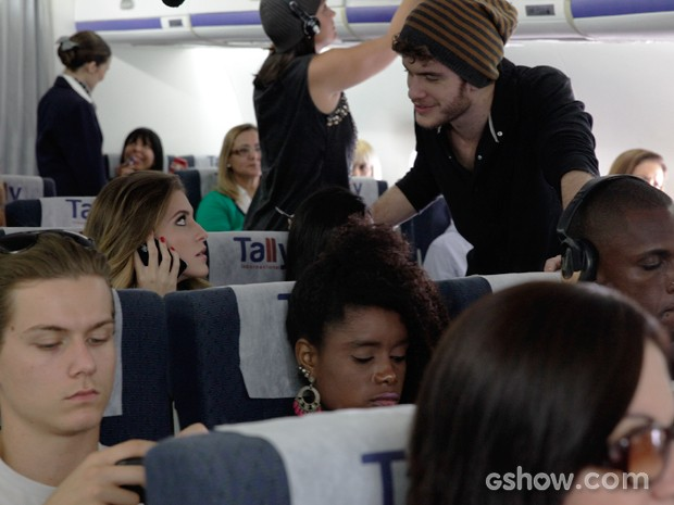 Sidney surpreende Sofia no avião (Foto: Pedro Curi / TV Globo)