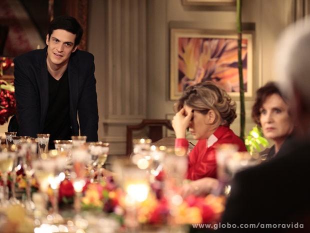 Félix pressiona ao mostrar provas de que César deu imóveis a Edith (Foto: Pedro Curi/TV Globo)