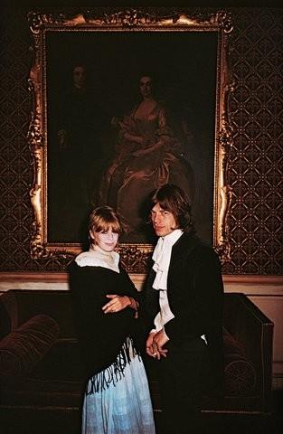 Marianne Faithfull e Mick Jagger, Irlanda, 1968. (Foto: Slim Aarons/Divulgação)